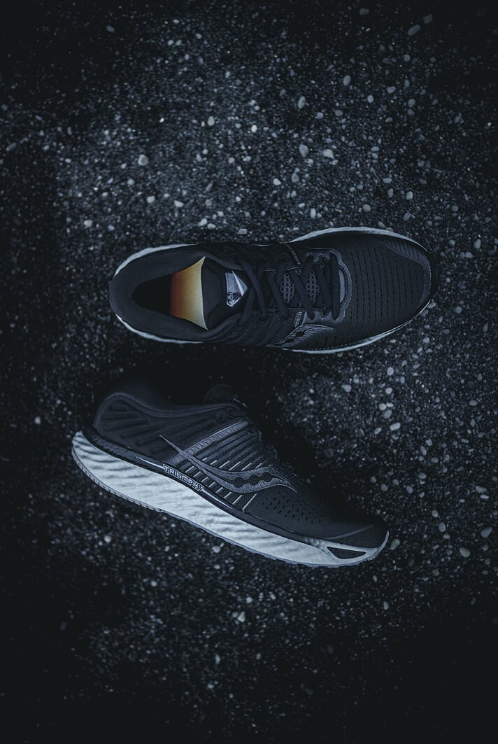 saucony-collection-blackout-triumph-17-running-runpack