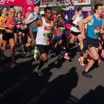 Des athlètes On Running courent en Nike Vaporfly Next% maquillées de noir