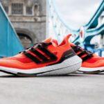 Deux adidas Ultraboost 21 aux couleurs des marathons de Boston et de Londres